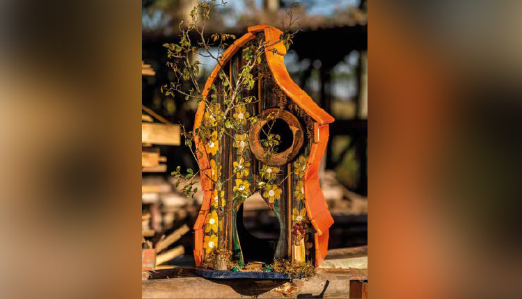 Madeira descartável vira casa para pássaros